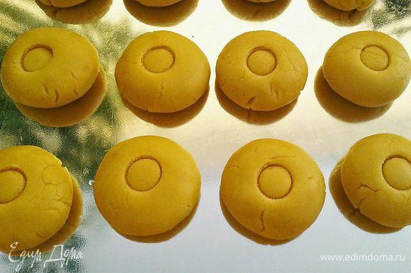 Разделить тесто на 14 одинаковых кусочков, скатать шарики, выложить их на противень и каждый шарик слегка придавить ладошкой. В оригинале в середине каждого шарика делают углубление пальцем для того, чтобы в конце заполнить это углубление яичным желтком. Я этого не делала.