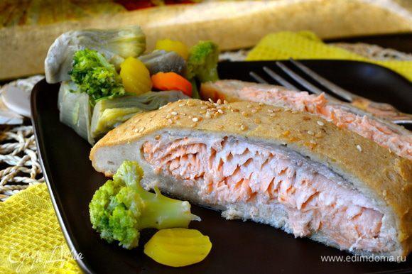 Разрезать рыбу на порционные кусочки и подавать с овощами, приготовленными на пару, или со шпинатом! ;)))
