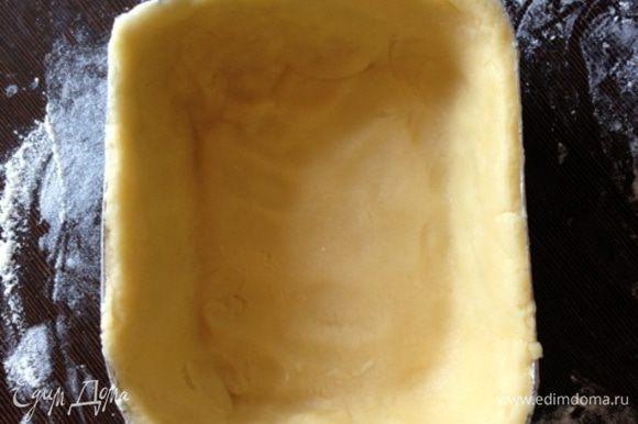 Перенесем тесто в форму и облепим дно и бока формы. Мой совет. Не делайте тесто тонким, так как при вынимании горячего пирога из формы оно может треснуть, не выдержав обилия начинки. Или же пирог нужно будет полностью остудить, прежде чем вынимать. Но есть мясной пирог холодным не особо хочется… Хотя, он вкусен и в таком виде.