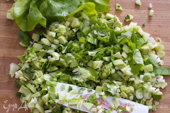 Затем добавляем листья салата романо (или любого другого салата по Вашему вкусу). Продолжаем измельчать... При желании в конце можно добавить 50 г натертого сыра Чеддер (я не добавляю).