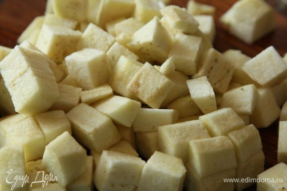 Баклажаны очистить от кожуры, нарезать кубиком, добавить к томатам.