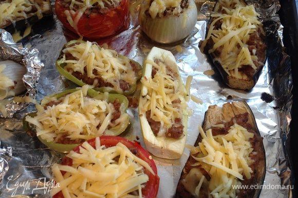 Сыр натрите на крупной терке. Достаньте овощи из духовки, посыпьте сыром и поставьте обратно еще на 10-15 минут.