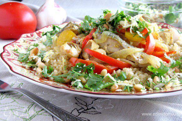 Разложить по тарелкам киноа, на нее выложить рыбу с овощами и посыпать ореховой смесью.
