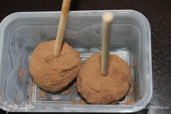 Когда все готово оставляем наши заготовки в морозилке минут на 20, затем вставляем в них палочки и подержим еще минут 10. Или же оставим до подачи. Можно и без палочек, кушать просто ложечкой.