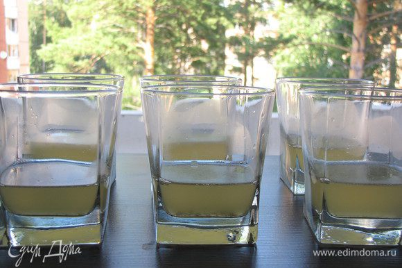 Разлить по порционным стаканчикам, затем убрать их в холодильник до полного застывания ланспика.