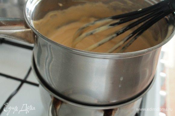 Затем приготовить водяную баню: в кастрюльку налить такое количество воды, чтобы она не касалась дна посуды, в которой будем варить пудинговую смесь. Дать воде закипеть, уменьшить огонь до среднего. Ставим посуду со смесью и нагреваем, непрерывно помешивая венчиком. Как только смесь начинает густеть, сразу же снимаем посуду с водяной бани.