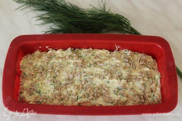 Выложить тесто в форму для запекания, сверху посыпать семечками (можно использовать любые - подсолнечные, тыквенные, семя льна)