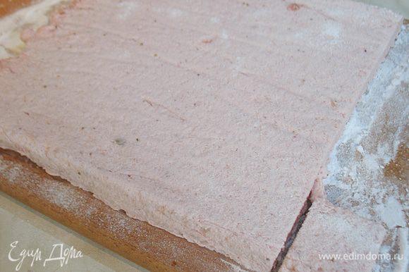 Смешать сахарную пудру и крахмал. Вынимаем пастилу из формы и посыпаем смесью из крахмала и сахарной пудры. Сухим горячим ножом нарезаем на кубики 3х3 см или фигурки.