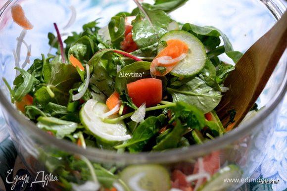 Огурец, помидор,морковь, луковицу порубим тонко в ручную или кухонном комбайне. Смешаем в емкости с листьями салатными.