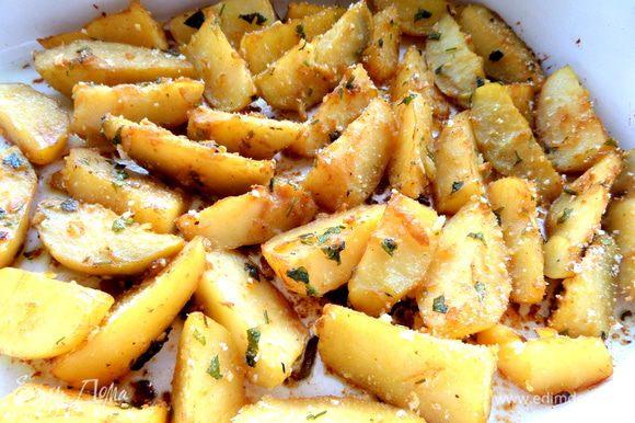 Запекаем пока картофель не зарумянится.