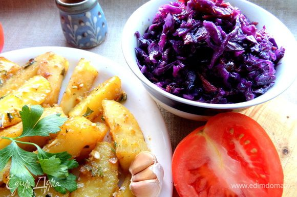 Подаём с капустным салатиком и со свежими овощами!