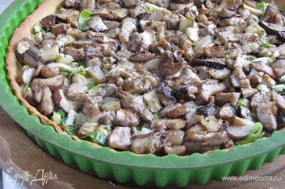 Достать основу из духовки и выложить на нее смесь лука с сыром. Сверху равномерно распределить грибы. Посолить и поперечить по вкусу.