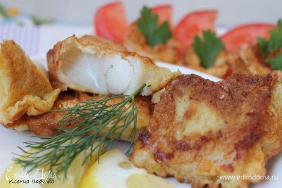 Рыбку выложить на тарелку, сверху или рядом уложить лук и подавать сразу же. Приятного аппетита!