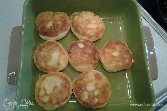 Сформовать нужные по размеру сырники, обвалять в муке и жарить с двух сторон до золотистого цвета.