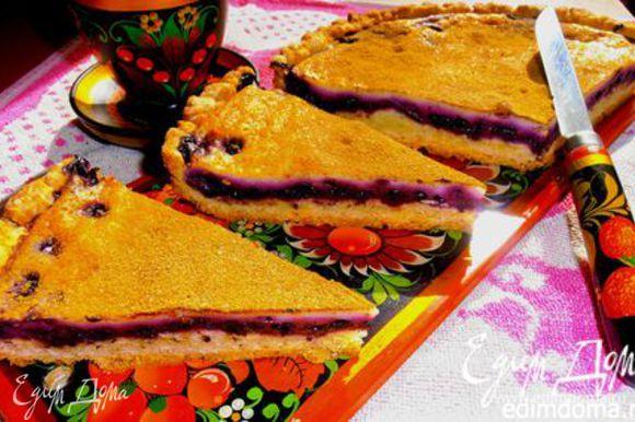 А вот ещё вариант похожего пирога с черникой, откуда я и взяла вкусную начинку))) http://www.edimdoma.ru/retsepty/45533-pirog-s-chernikoy-na-smetane-ob-edenie