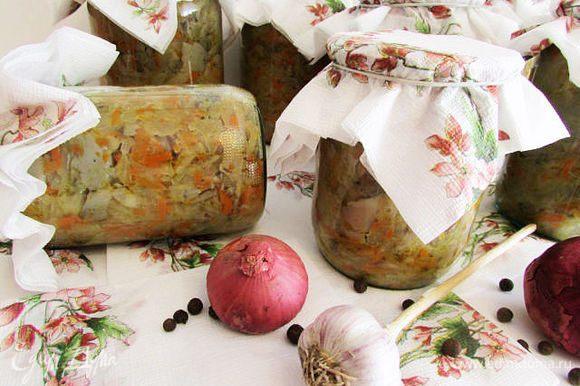 Подготовленные овощи и грибы выложить в большой казан. Добавить сахар (здесь по вкусу, можно чуть меньше, чуть больше), оставшееся растительное масло, лавровый лист, перец горошком. Тушить 30 минут, периодически помешивая. За 10 минут до окончания тушения добавить уксусную эссенцию, хорошо перемешать. Горячую солянку разложить в горячие стерилизованный банки, закрыть под ключ. Закутать в тепленькое и оставить до полного остывания. Приятного аппетита!