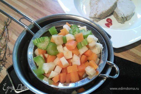 Овощи отварите в кипящей посоленной воде в течении 3 мин., отбросьте на дуршлаг и обдайте ледяной водой. Так они сохранят свой яркий, привлекательный цвет.