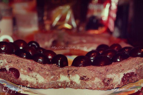 После дать пирогу хорошенько остыть, а затем аккуратно вынуть из формы и поставить в холодильник на пару часов. Сверху можно украсить ягодами или оставшейся кокосовой стружкой.