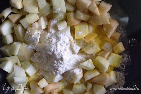 Пирог: масло растопить, добавить сахар, желтки, муку с разрыхлителем, перемешать. Добавить нарезанные кубиками яблоки.