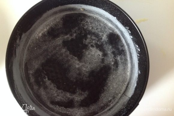Форму смазала маслом, присыпала мукой. Выпекала каждый корж 12-15 минут при 180 гр. Готовность проверяла зубочисткой.