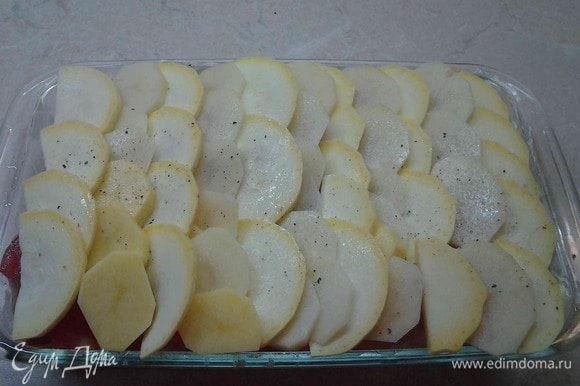 Оставшийся кабачок и картофель порезать тонкими кружочками и выложить на помидоры в виде чешуи.
