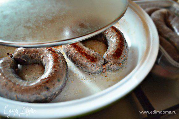 Обжаривайте подготовленные купаты на в сковороде на топлёном (можно использовать и растительное) масле на среднем огне до готовности.