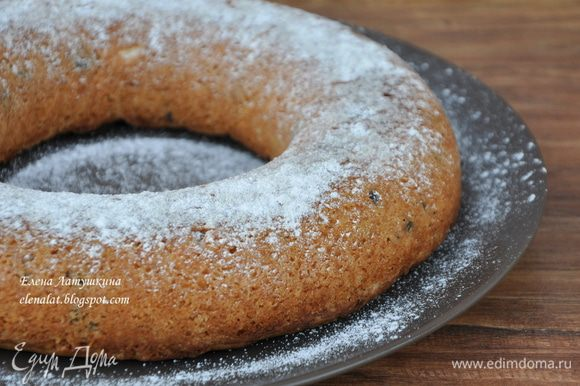 Готовность проверьте деревянной шпажкой. Готовый кекс остудите в форме и вынув из формы посыпьте сахарной пудрой. Все кекс готов!