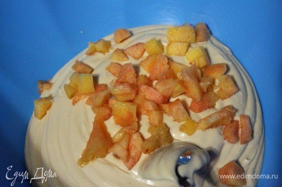Во вторую часть суфле добавит персики очищенные от кожуры и нарезанные произвольными кусочками. И вылить на черничный слой. Убрать в морозилку на 10 минут, а потом перенести в холодильник и оставить на час.