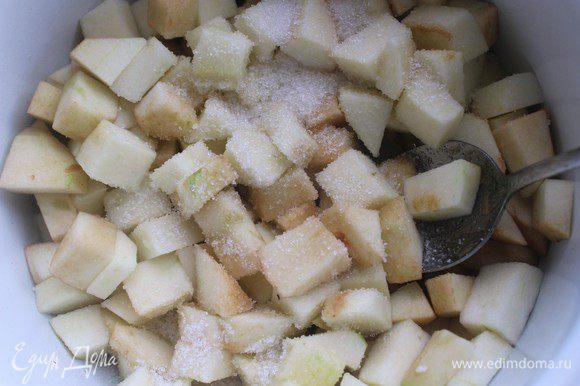 Яблоки очистить и нарезать кубиком примерно 1/1 см. Растопить в сотейнике сливочное масло, выложить яблоки, посыпать сахаром и корицей и тушить на слабом огне 10-15 минут. Яблоки должны стать мягкими, а жидкость слегка увариться.