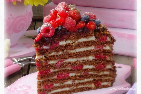 Дать торту пропитаться.