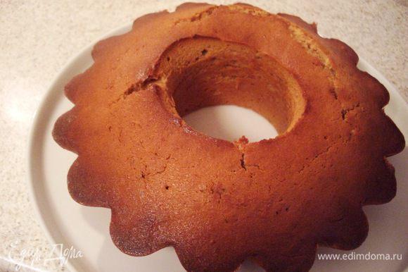 Так выглядит свежеиспеченный кекс. Корочка хрустящая, а внутри он нежный и мягкий. Я выбрала его из формы через 30 мин. после выпекания. Спинка, конечно, треснула , может быть чуть некрасиво, но сейчас мы занимаемся поправками.