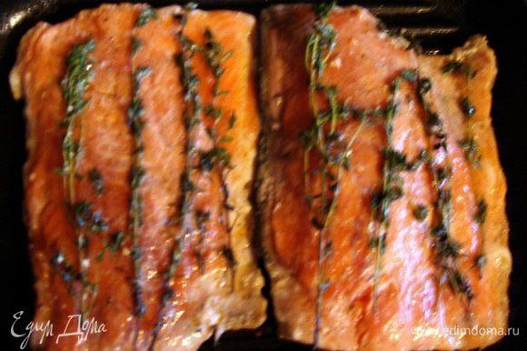 Сковороду-гриль раскалить, выложить рыбу кожей вниз. Жарить на среднем огне 3-4 минуты, потом перевернуть вместе с веточками тимьяна и жарить еще 3-4 минуты.