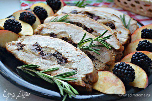 Нарезать мясо лучше охлаждённым. При подаче украсьте яблочками и ягодами ежевики. Приятного вам аппетита!