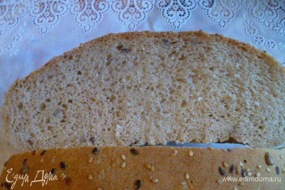 Здесь лучше видна структура хлеба. Угощайтесь и вы! Сегодня отнесла хлеб бабушке, она сказала, что лучше хлеба в своей жизни не ела. Это достойная похвала от человека, который научил меня готовить!