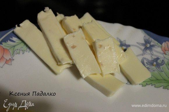Займемся пока начинкой. Сыр плавленый у меня в треугольничках, нарезать пластинками.