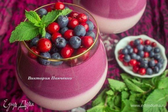 Выложить в бокал или креманку брусничный (красный) мусс и отправить в холодильник на 1 час. Затем аккуратно выложить черничный (синий) мусс и снова отправить в холодильник до полного застывания. Идеально на ночь. Подавать, посыпав ягодами и украсив листиками мяты. Нам было очень вкусно:)