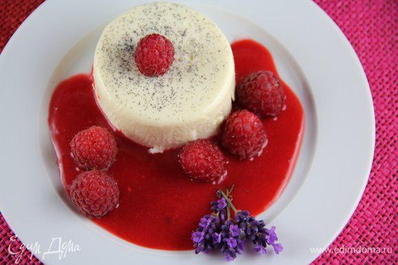 Вокруг поливаем малиновым соусом и украшаем отложенными ягодами и цветками лаванды (если имеются) или по своему вкусу. И подаем. Приятного аппетита)