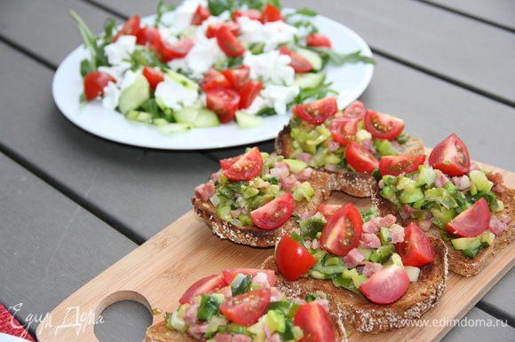 На горячий хлебушек выкладываем наши овощи, помидорки черри. Чеснок пропускаем через пресс, смешиваем с оливковым маслом и поливаем наши брускетты. Подаем немедленно. Приятного аппетита))