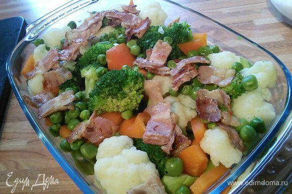 Разложить бекон на овощи.