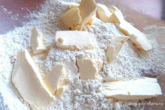 В просеянную муку добавляем кусочки холодного масла.