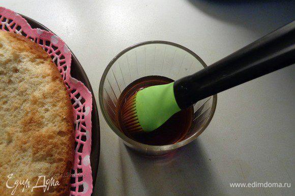 Приготовить пропитку, смешав в равных количествах бальзам и воду. Я использовала очень ароматный бальзам на травах, крепость 40 гр. **Если будете готовить детям, то можно заменить бальзам на сироп, например.