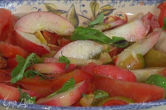 На блюдо выложить нарезанные помидоры, дольки нектарина, посыпать все порванным руками базиликом.