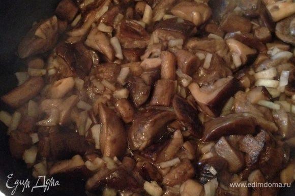 Грибы помыть, почистить , нарезать и обжарить на растительном масле, пока не выпарится лишняя влага. Добавить рубленный лук и жарить до готовности.