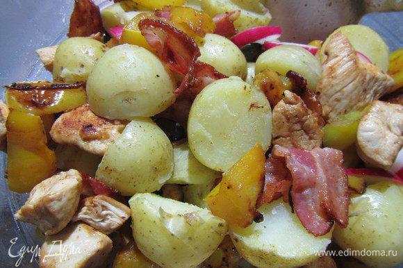Смешиваем картофель с заправкой. Добавляем бекон, редис и тыквенные семечки. В рецепте рекомендуют салат оставить в таком виде на 1 час и затем подавать. Я же решила его подавать теплым, поэтому сразу добавила обжаренный перец и куриное филе.