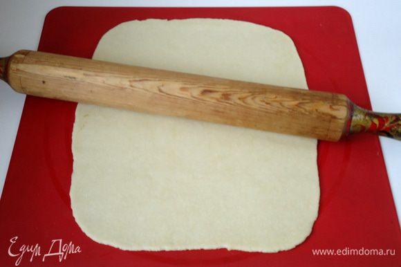Каждую часть теста раскатать в пласт, лучше всего тесто раскатывать на силиконовом коврике прикрыв сверху пленкой.