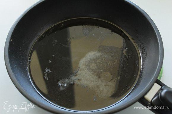 На прогретую сковороду высыпаем сахар, соль, заливаем уксусом и раст. маслом.