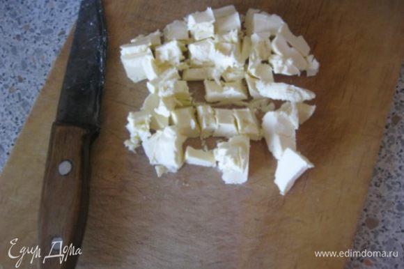 Холодное сливочное масло нарезать на маленькие кусочки.