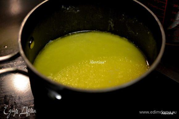 Подогреть слегка цельное молоко, не кипятить, снять с огня и положить сливочное масло, чтоб разошлось.