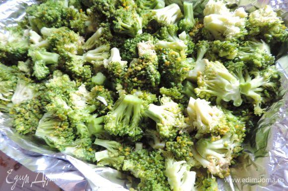 Брокколи разобрать на соцветия. Отварить 5 минут в кипящей подсоленной воде. В рецепте указан вес уже соцветий))) Выложить в форму для запекания, смазанную растительным маслом.