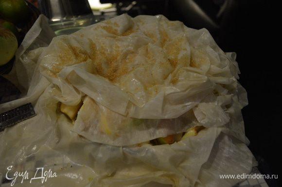 Свисающие края Фило поднимаем и укладываем на яблоки, не приминая и не разглаживая тесто, напротив, стараясь придать ему естественную помятость.